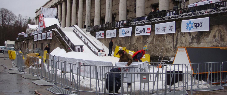Wintersport Ausrüstung im Bereich Freestyle Ski und Snowboard