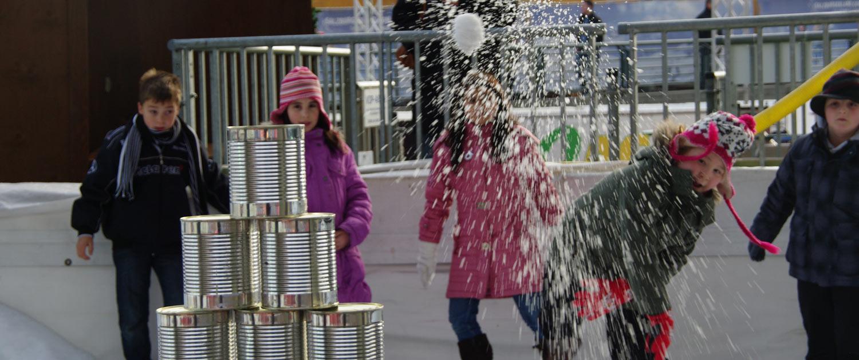 Schneeballschlacht für Gross und Klein mit Schnee von snow+promotion